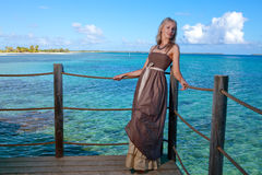 Junge Schönheit auf einem hölzernen platform.portrait gegen das tropische Meer Stockfotografie