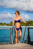 Junge Schönheit auf einer Anlegestelle, tropische Ferien lizenzfreie stockfotografie