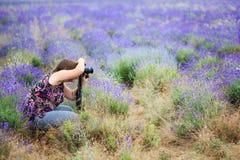 Junge Schönheit in der Bluse mit der Blumenverzierung, die an sitzt Lizenzfreie Stockfotos