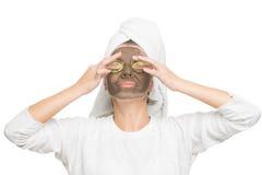 Junge Schönheit in der Maske für das Gesicht Lizenzfreies Stockfoto