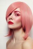 Junge Schönheit in der rosa Perücke lizenzfreie stockfotografie