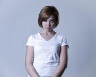 Junge Schönheit des Porträts auf ihrem 30s traurig und deprimiert in leidender Krise des Zusammenbruches stockfoto