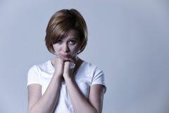 Junge Schönheit des Porträts auf ihrem 30s traurig und deprimiert in leidender Krise des Zusammenbruches Stockbild