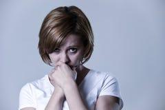 Junge Schönheit des Porträts auf ihrem 30s traurig und deprimiert in leidender Krise des Zusammenbruches Lizenzfreie Stockfotos