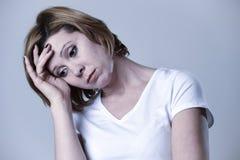 Junge Schönheit des Porträts auf ihrem 30s traurig und deprimiert in leidender Krise des Zusammenbruches Lizenzfreies Stockbild