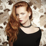 Junge Schönheit des Porträts mit dem gelockten Haar Lizenzfreies Stockfoto