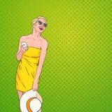 Junge Schönheit, die über Knall Art Colorful Retro Style Background lacht Lizenzfreie Stockfotografie