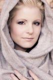 Junge Schönheit, die arabischen Schleier trägt Stockbilder