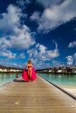 Junge Schönheit, die auf eine Anlegestelle, tropische Ferien geht stockfotos