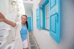 Junge Schönheit, die draußen selfie mit Hintergrund-Weißhaus des Telefons nimmt Lizenzfreies Stockbild