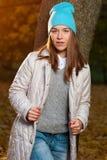 Junge Schönheit, die gegen Fallnaturpark aufwirft Lizenzfreie Stockfotografie