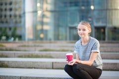 Junge Schönheit, die ihre Kaffeepause hat Lizenzfreies Stockfoto