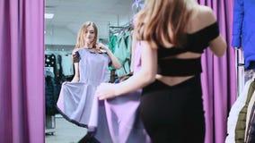 Junge, Schönheit, die ihren Auftritt vor dem Spiegel überprüft stock footage