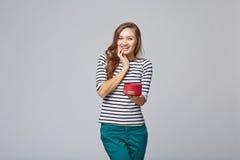Junge Schönheit, die kleinen roten Kasten hält Studioporträt an stockbild