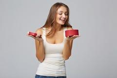 Junge Schönheit, die kleinen roten Kasten hält Studioporträt an lizenzfreie stockfotos