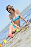 Junge Schönheit, die Seeansicht über sandigen Strand genießt Stockbilder