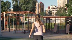 Junge Schönheit, die Sie Turnhalle zur im Freien und zum Betrieb zu ihm, Lächeln, glücklich einlädt stock video footage