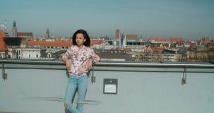 Junge Schönheit, die Zeit auf einer Dachspitze genießt Lizenzfreie Stockfotos