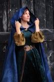 Junge Schönheit in einem mittelalterlichen Kostüm lizenzfreie stockfotos