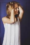 Junge Schönheit in einer modischen Kleidung lizenzfreie stockfotos