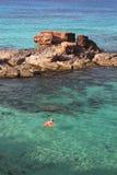 Junge Schönheit genießt ein einsames Bad des frühen Morgens in Es-calo d'es mort Strand, eine der schönsten Stellen, Formen Stockfoto