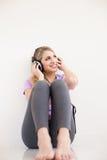 Junge Schönheit hören Musik mit Kopfhörern Stockfotos