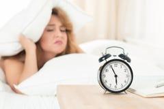 Junge Schönheit hasst früh morgens aufwachen stockfotografie