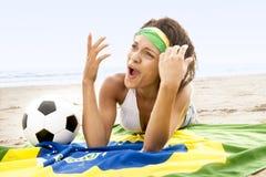 Junge Schönheit im Bikini auf Strand mit Brasilien-Flagge Lizenzfreie Stockbilder