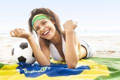 Junge Schönheit im Bikini auf Strand mit Brasilien-Flagge Stockbilder