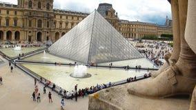Junge Schönheit im Louvremuseum, Paris lizenzfreies stockfoto