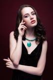 Junge Schönheit im schwarzen Kleid mit grüner Pistazienfarbe stockbilder