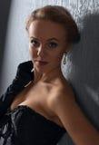 Junge Schönheit im schwarzen Korsett mit Perlenohrringen lizenzfreies stockfoto