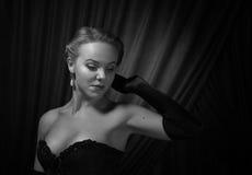 Junge Schönheit im Schwarzen mit Perlenohrringen stockbild