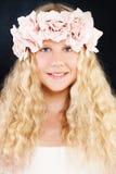 Junge Schönheit Junges Mädchen mit dem langem blonden Haar und Rose Flowers Lizenzfreie Stockbilder