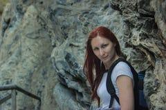 Junge Schönheit kampierender stehender naher Felsen im Freien in Samaria, Kreta stockbilder