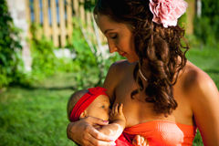 Junge Schönheit mit Baby Stockfotos