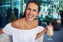 Junge Schönheit mit Cocktail im café herein in die Stadt Lizenzfreie Stockbilder