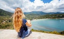 Junge Schönheit mit dem langen blonden Fliegenhaar, reisen conc stockfotografie