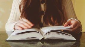 Junge Schönheit mit dem langen Haar las Buch, Freizeitkonzept stock video