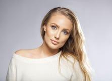 Junge Schönheit mit dem langen Haar und den blauen Augen Stockbilder
