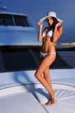 Junge Schönheit mit dem perfekten dünnen Körper, der auf Yacht aufwirft Stockfoto