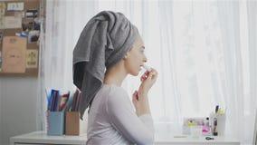 Junge Schönheit mit dem Tuch auf ihrem Kopf, der Lippenstift auf ihren Lippen anwendet stock video footage