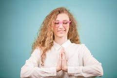 Junge Schönheit mit dem vawy Haar, das Yoga beim Arbeiten tut Lizenzfreie Stockbilder