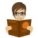 Junge Schönheit mit Gläsern ein Buch lesend stock abbildung