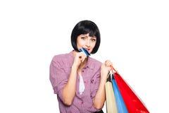 Junge Schönheit mit Kreditkarte und Einkaufstaschen Lizenzfreies Stockfoto