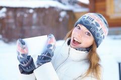Junge Schönheit mit leerer Fahne. Winter. stockfoto