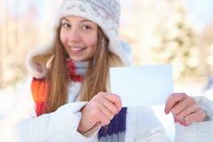 Junge Schönheit mit leerer Fahne. Winter. stockfotos