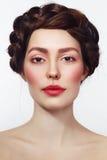Junge Schönheit mit neuem Make-up stockfoto