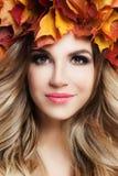 Junge Schönheit mit perfekter gelockter blonder Frisur Stockbild