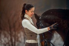 Junge Schönheit mit Pferdeporträt im Freien am Frühlingstag lizenzfreies stockbild